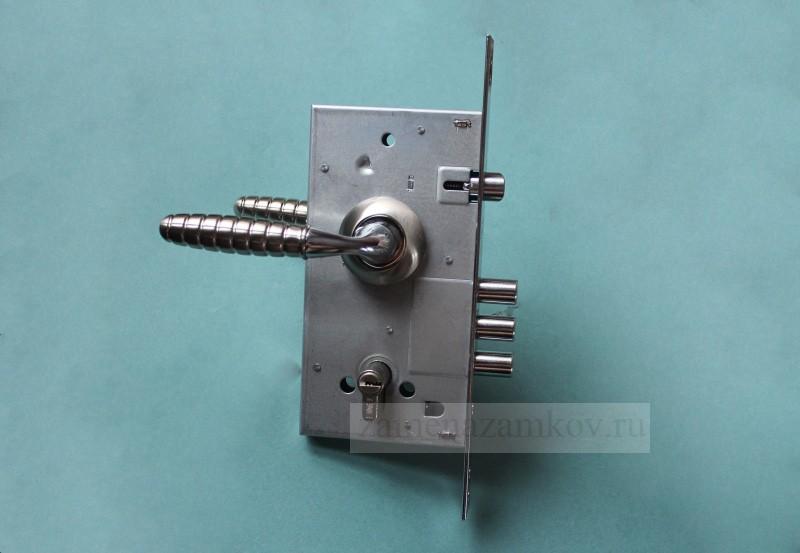 Установка замков на входной металлической двери круглосуточно zamenazamkov.com
